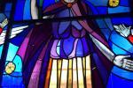 Smontaggio della vetrata raffigurante San Prospero collocata nella facciata centrale per il restauro